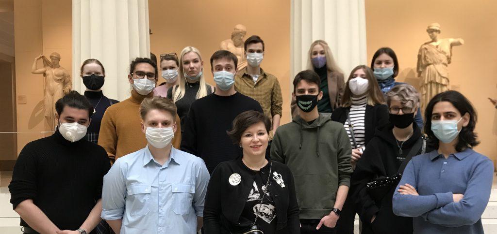 Профессор Строева и студенты ГИТРа